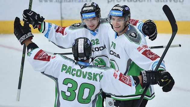 Hokejisté Mladé Boleslavi Jakub Orsava (vlevo), Lukáš Žejdl (vpravo) a Dominik Pacovský (zády) se radují.