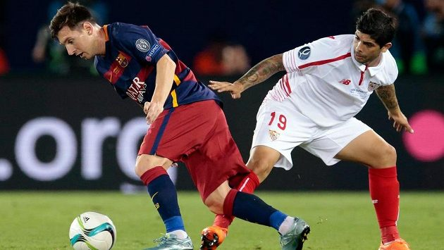Barcelonský Lionel Messi (vlevo), kterého se v zápase o Superpohár snaží zastavit Éver Banega ze Sevilly, je adeptem na nejlepšího hráče UEFA v sezóně 2014/15.