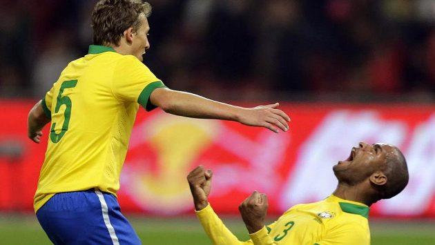 Brazilci Silva Anderson (3) a Leiva Lucas (5) se radují z výhry nad Zambií.