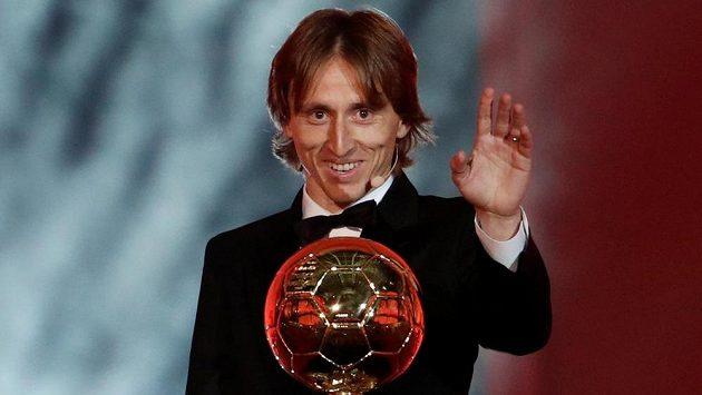 Zlatý míč pro nejlepšího fotbalistu světa získal Chorvat Luka Modrič .