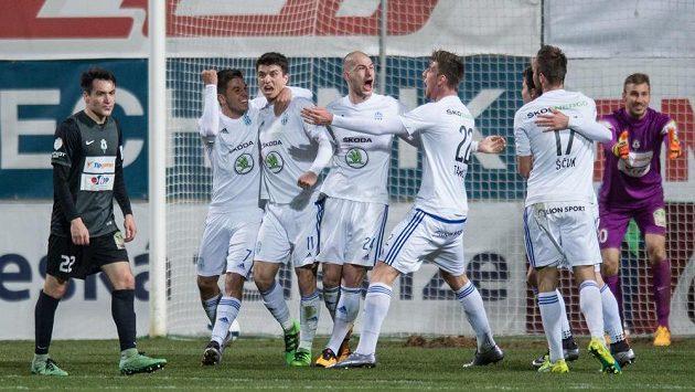 Fotbalisté Mladé Boleslavi oslavují vítězný gól Ondřeje Kúdely (třetí zleva)v duelu s Jabloncem.
