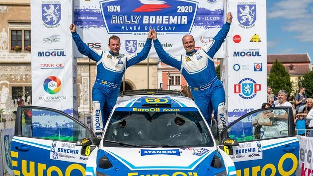 Posádka Václav Pech (vpravo) a Petr Uhel se raduje z výhry v cíli Rallye Bohemia v Mladé Boleslavi.