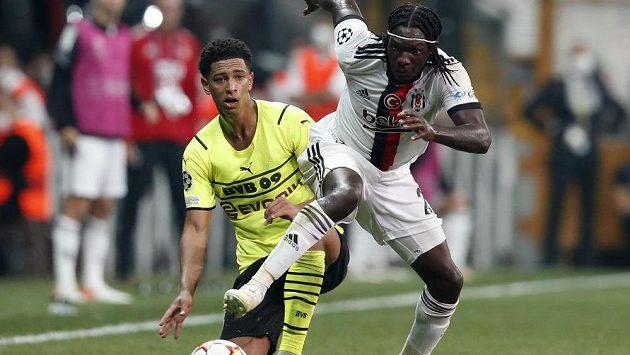 Talent Borussie Dortmund Jude Bellingham (vlevo) v souboji s Fabricem N'Sakalou z Besiktase