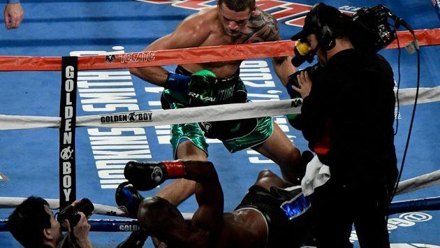Bernard Hopkins vs. Joe Smith a jejich boj v Los Angeles. Jedenapadesátiletý Američan skončil mimo ring, takto uzavřel svoji kariéru.
