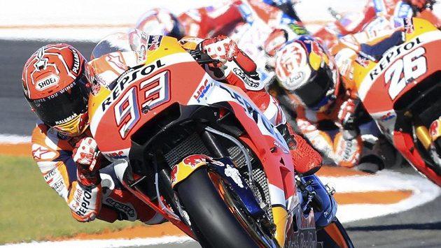 Typický obrázek posledních let v MotoGP! Marc Márquez v čele a za ním smečka pronásledovatelů.