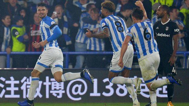 Fotbalisté Huddersfieldu se radují z vítězné trefy proti Fulhamu.