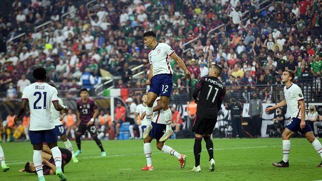Obránce USA Miles Robinson (12) hlavičkuje v zápase proti Mexiku během finále Zlatého poháru v Las Vegas.