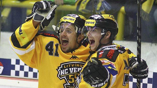 Rostislav Martynek (vlevo) a Juraj Majdan z Litvínova se radují po vstřeleném gólu.