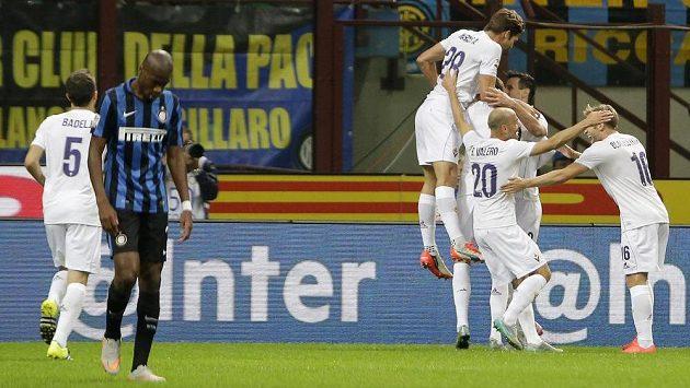Fotbalisté Fiorentiny slaví gól na hřišti Interu Milán.