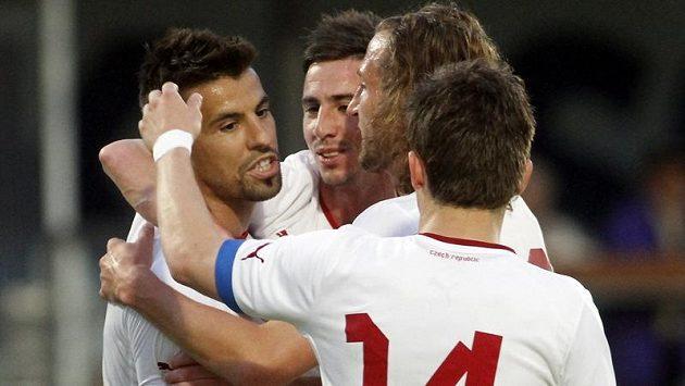 Milan Baroš (vlevo) oslavuje se spoluhráči penaltu proti Izraeli