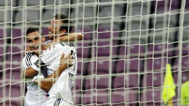 Fotbalisté Basileje David Degen (vlevo) a Marco Streller se radují z branky.