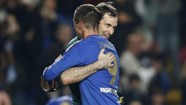 Brankář Petr Čech a útočník Fernando Torres (9) se radují z postupu své Chelsea do finále Evropské ligy.