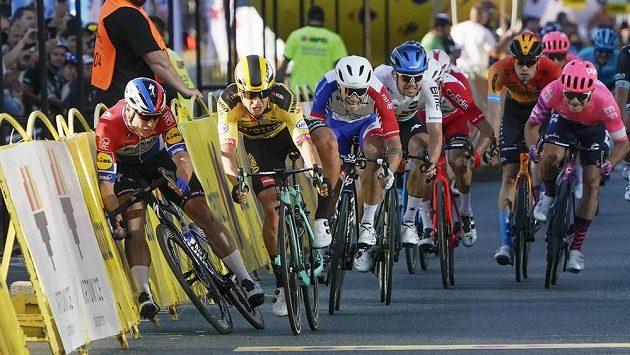 Kritický moment těsně před cílem. Nizozemec Dylan Groenewegen (ve žlutém) a jeho padající krajan Fabio Jakobsen.