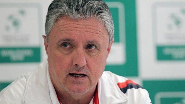 Nehrající kapitán daviscupového týmu Jaroslav Navrátil na tiskové konferenci po skončení zápasů prvního hracího dne.