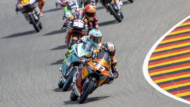 Vedoucí jezdec Moto3 Pedro Acosta často slaví na pódiu, při pádu v posledním tréninku na Grand Prix Nizozemska ale utrpěl zranění hrudníku a není jisté, zda zasáhne do nedělního závodu.