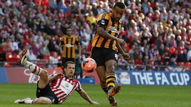 Tom Huddlestone (vpravo) z týmu Hull City střílí gól do sítě Sheffieldu United v semifinále FA Cupu.
