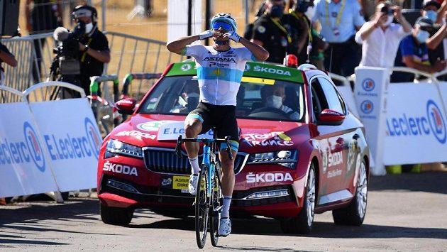 Alexej Lucenko v barvách týmu Astana projíždí vítězně cílem 6. etapy Tour de France.