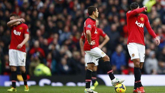 Smutní fotbalisté Manchesteru United. Zleva Phil Jones, Javier Hernández a Robin van Persie.