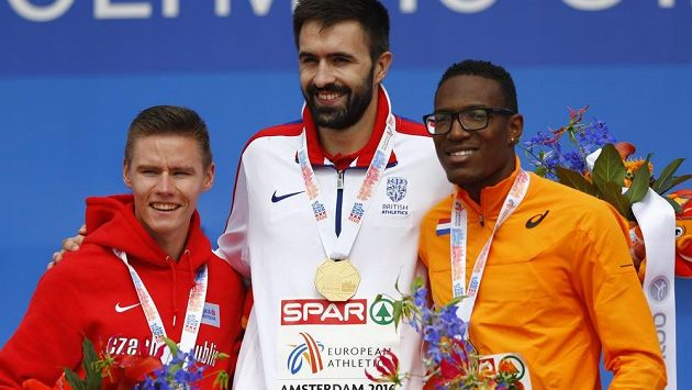 Pavel Maslák (vlevo) se stříbrnou medailí. Uprostřed vítěz závodu na 400 metrů, Brit Martyn Rooney, vpravo třetí Nizozemec Liemarvin Bonevacia.