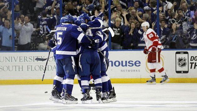 Hokejisté Tampy Bay se radují z gólu v sedmém utkání 1. kola NHL proti Detroitu.