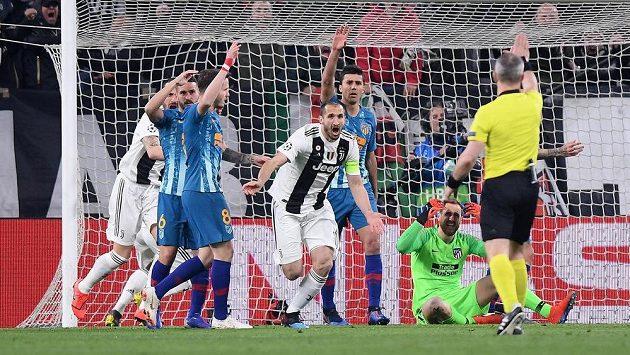 Giorgio Chiellini (uprostřed) z Juventusu se se spoluhráči raduje z gólu v odvetě s Atlétikem Madrid, který však rozhodčí neuznal. Nyní není jasné, zda obránce bude schopen nastoupit do prvního čtvrtfinále proti Ajaxu.