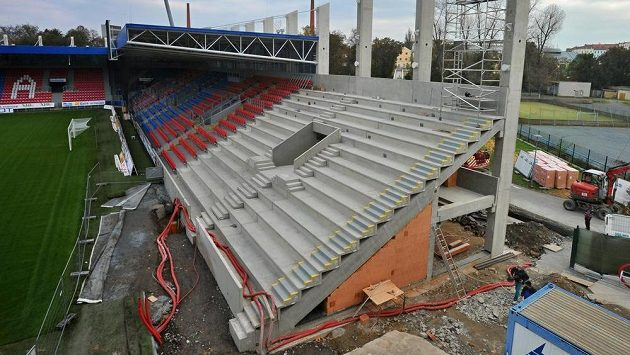 Do konce roku bude hotová jižní tribuna fotbalového stadiónu v plzeňských Štruncových sadech. Divácká kapacita se zvýší o 300 míst.