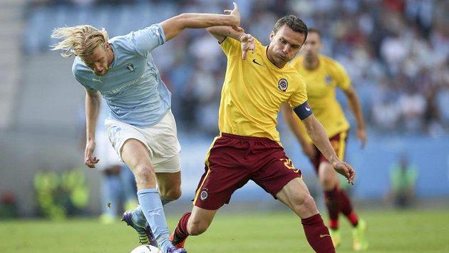 Filip Helander z Malmö (vlevo) bojuje o míč se sparťanským útočníkem Davidem Lafatou v odvetném utkání 3. předkola Ligy mistrů.