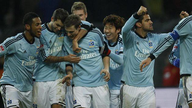 Fotbalisté Hamburku se radují z výhry v Dortmundu.