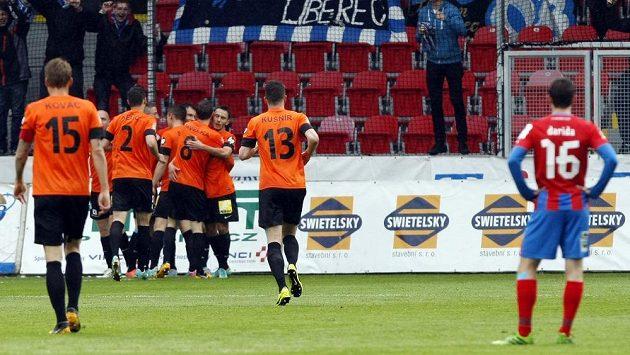 Liberečtí fotbalisté se radují z gólu v Plzni.