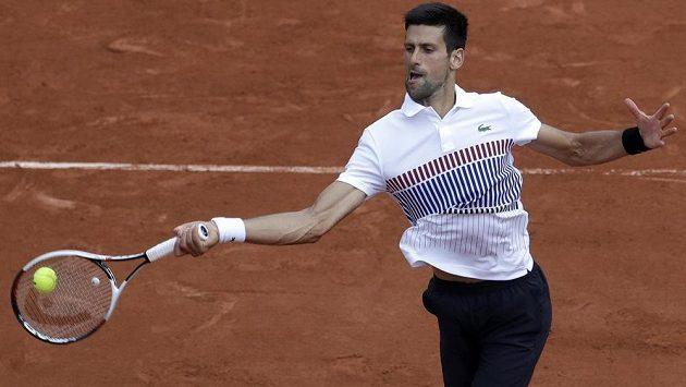 Tenista Novak Djokovič zachraňoval na French Open postup do osmifinále v pěti setech.