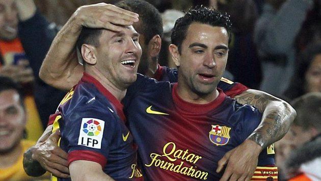 Lionel Messi (vlevo) a Xavi Hernández slaví gól Barcelony v síti Betisu Sevilla.