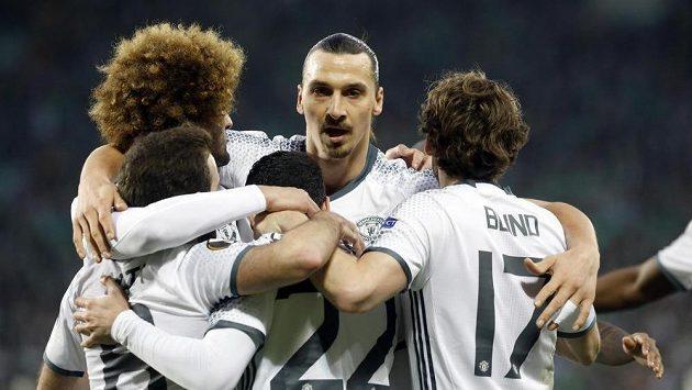 Zlatan Ibrahimovic se spoluhráči z Manchesteru United oslavují vítězný gól proti AS St. Étienne.
