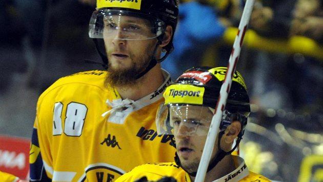 V popředí střelec jediné branky Litvínova proti Liberci Rostislav Martynek, v pozadí jeho spoluhráč Zbyněk Sklenička.