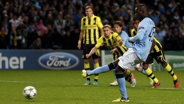 Mario Balotelli z Manchesteru City střílí vyrovnávací branku do sítě Borussie Dortmund.