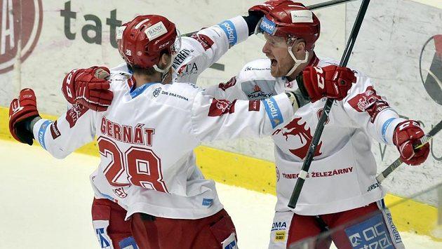 Třinečtí hokejisté se radují z prvního gólu. Zleva Martin Gernát a autor branky Martin Adamský.