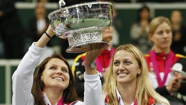 Lucie Šafářová zvedá trofej pro vítězky Fed Cupu, o kterou se zasloužila společně s Petrou Kvitovou.