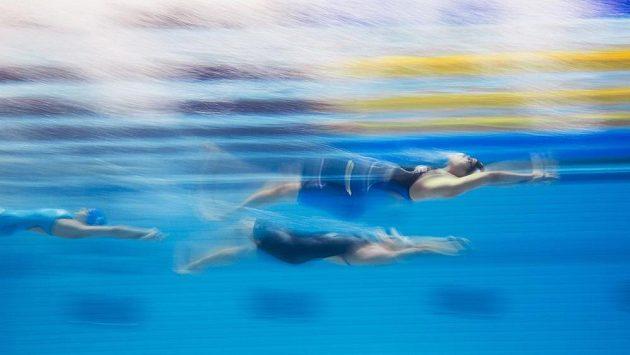 Simona Baumrtová (v černých plavkách) v závodu Světového poháru v krátkém bazénu na 100 metrů znak.