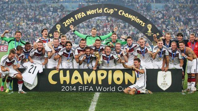 Fotbalisté Německa oslavují vítězství na Mistrovství světa v Brazílii. Kdo se stane dalším světovým šampiónem?