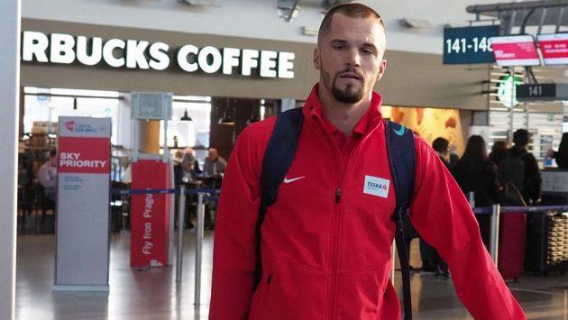Běžec Jakub Holuša teď na letištích tráví spoustu času.