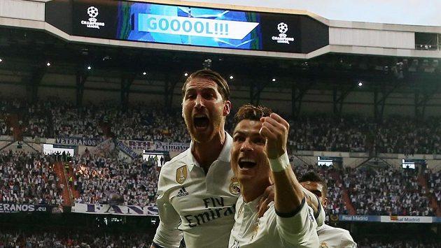 Oslava Realu Madrid. Cristiano Ronaldo slaví svůj gól v semifinále Ligy mistrů s Atlétikem. Parťáka mu dělá kapitán Sergio Ramos.