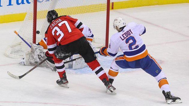 Český hokejista v dresu New Jersey Devils Pavel Zacha (37) překonává brankáře New Yorku Islanders Ilju Sorokina (30).