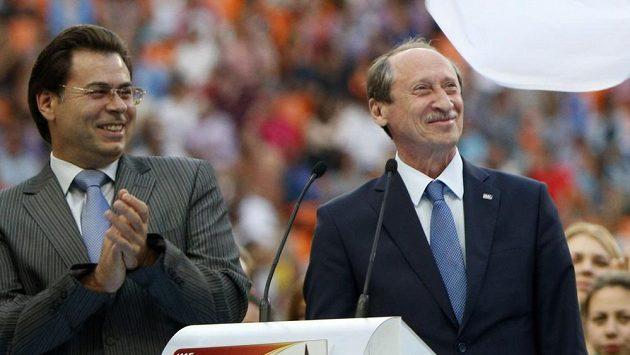Bývalý šéf ruského atletického svazu Valentin Balachničev (vpravo) a moskevský starosta Alexander Gorbenkov při závěrečném ceremoniálu mistrovství světa v atletice.