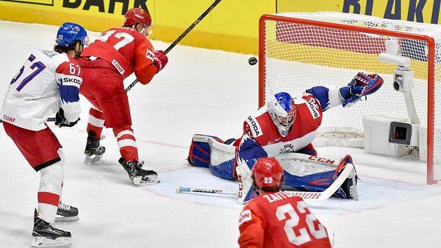 Nikita Gusev (druhý zleva) střílí Patriku Bartošákovi druhý gól.
