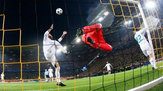 Inkriminovaný moment. Stoper Realu Madrid Sergio Ramos zasahuje míč rukou za letícím brankářem Keylorem Navasem. Měla být penalta?