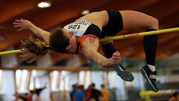 Eliška Klučinová při výšce během halového mistrovství republiky ve vícebojích.