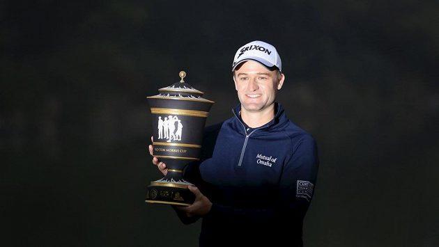 Skotský golfista Russell Knox s trofejí pro vítěze golfového turnaje kategorie PGA v Šanghaji.