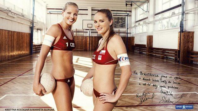 Plážové volejbalistky Kristýna Kolocová (vpravo) a Markéta Sluková v tělocvičně ZŠ Brdičkova v Praze.