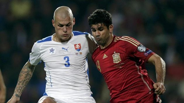 Martin Škrťel ze Slovenska (vlevo) si kryje míč před útočníkem Španělska Diegem Costou.