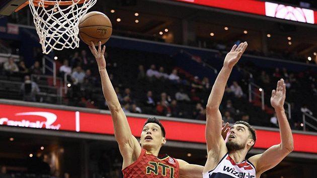 Jeremy Lin (7) z týmu Atlanta Hawks zakončuje akci v utkání NBA, obranný zákrok Tomáše Satoranského z týmu Washington Wizards (31) přišel pozdě.