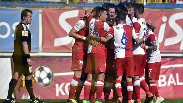 Hráči Slavie se radují z druhého gólu.